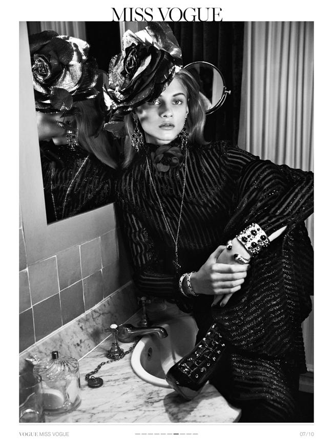 Vogue paris anna selezneva in chambre 19 by for Caravane chambre 19 paris